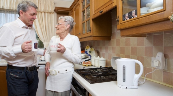3rings plug in use with founder Steve Purdham and his mum Iris-min